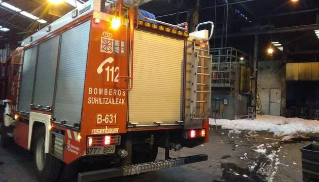 Los bomberos sofocan un incendio en una empresa de Urdiain