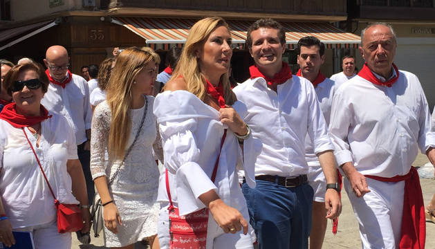 foto de Ana Beltrán junto a Pablo Casado paseando por Pamplona.