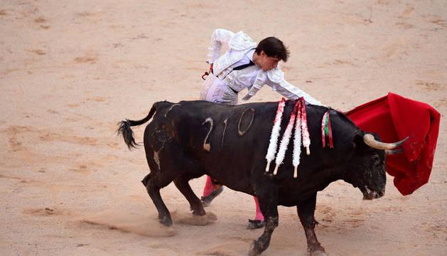 DIRECTO | Oreja para Roca Rey en el segundo toro de la quinta corrida de toros de San Fermín