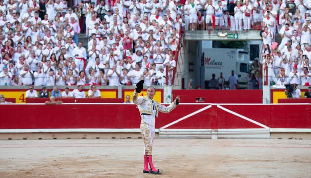 Pepín Liria, triunfador y satisfecho tras su heroica faena, saluda al público con la única oreja que le concedió el presidente, Iñaki Cabasés.