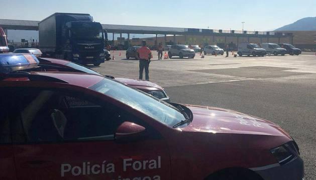 El control a vehículos se hace en todos los carriles de salida del peaje, como se aprecia en la imagen del Twitter de Policía Foral.