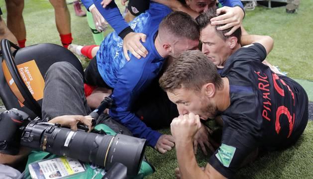 El reportero gráfico salvadoreño quedó sepultado por la piña de jugadores croatas en la celebración del 2-1 contra Inglaterra.