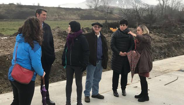 Imagen del pasado invierno en la que la consejera María Solana visitó el solar, acompañada por la alcaldesa, concejales de Arbizu y el director de Infraestructuras.
