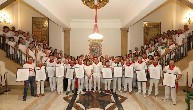 Representantes de las bandas y autoridades municipales, en el Ayuntamiento de Pamplona.