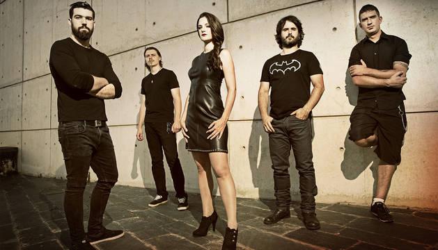 La banda Diabulus in Musica ofrece un concierto en la Plaza San Miguel de Arguedas.
