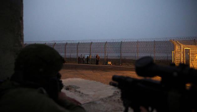 Soldados israelíes vigilan la frontera con Siria.