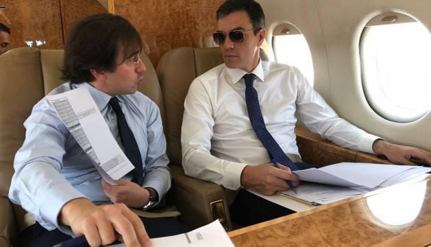 Pedro Sánchez, a la derecha, en el avión oficial.