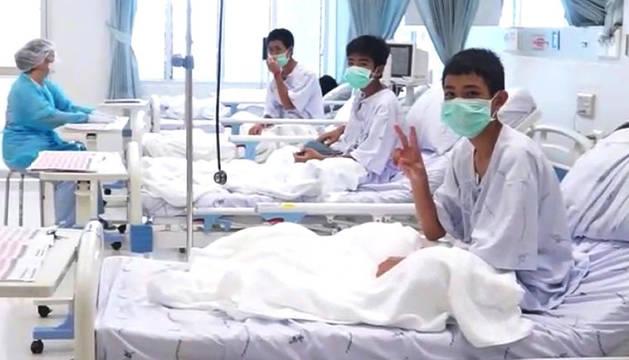 Varios de los niños rescatados en Tailandia, en el hospital.