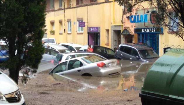La lluvia torrencial que ha caído en Zaragoza provoca el estancamiento de agua en algunas calles y deja a los coches flotando.