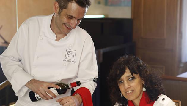 Juan Oscáriz Elizari y su prima, Raquel Eciolaza Elizari, en el restaurante Errejota que regentan.