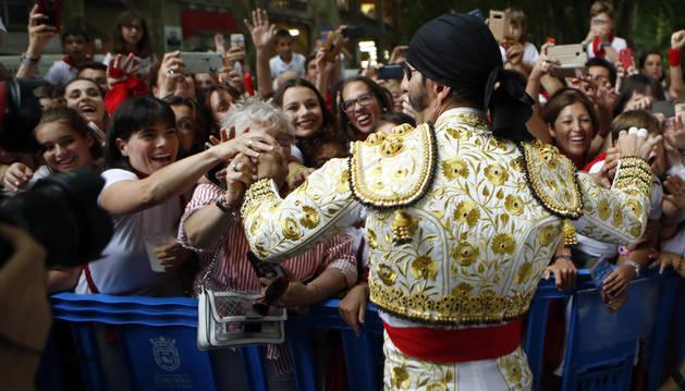 Juan José Padilla, apodado 'El Pirata', con su parche y su pañuelo, saluda a los aficionados a su llegada a la plaza, este viernes.