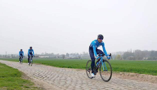 Landa, Valverde y Quintana cuando fueron a ver los tramos de pavés de la etapa del domingo en abril.