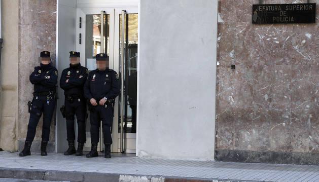 Agentes de Policía Nacional hacen guardia en la puerta de la Jefatura Superior.