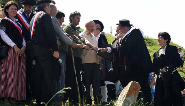 La Piedra de San Martín, frontera entre los valles de Roncal y Baretous (Francia), volvió a ser testigo de la firma del Tributo de las Tres Vacas, acto que sirve para renovar un año más la paz entre valles