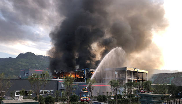 Bomberos trabajan en la extinción del fuego tras la explosión en la planta química en la provincia de Sichuan.