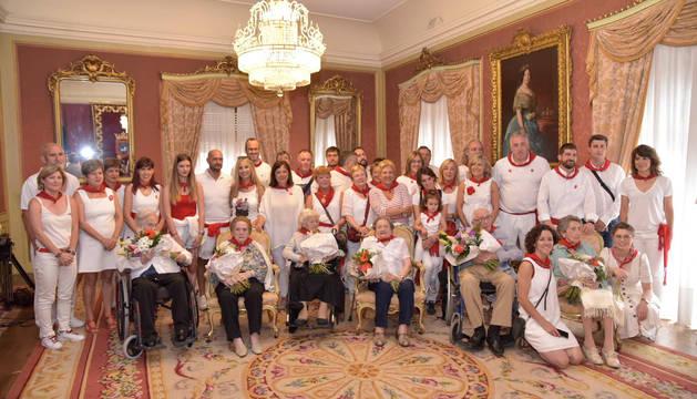 Los homenajeados, junto a sus familiares y autoridades, en el Ayuntamiento de Pamplona.