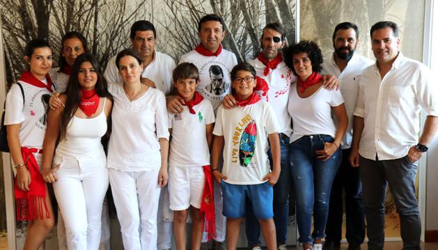 Foto de Juan José Padilla, acompañado de su familia, en Pamplona.