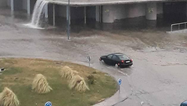 La intensa lluvia ha hecho que el agua entrara en las instalaciones del polideportivo
