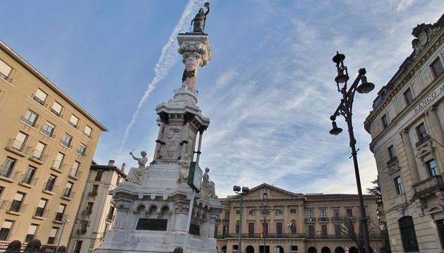 El Paseo de Sarasate de Pamplona, con el Monumento a los Fueros y al fondo, el Palacio de Navarra.