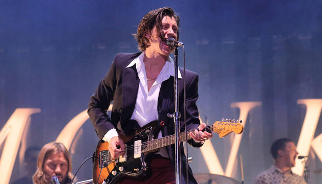 El compositor y cantante de la banda británica 'Arctic Monkeys', Alex Turner, durante el concierto del festival Mad Cool.