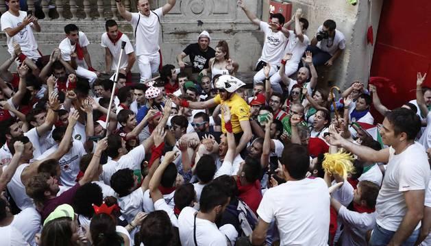 El 'Encierro de la Villavesa' terminó con el corredor vestido como Induráin llevado a hombros frente a la plaza.