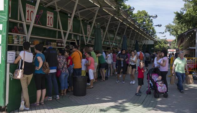 Algunas personas se acercaron este domingo a la Tómbola buscando la suerte por última vez.