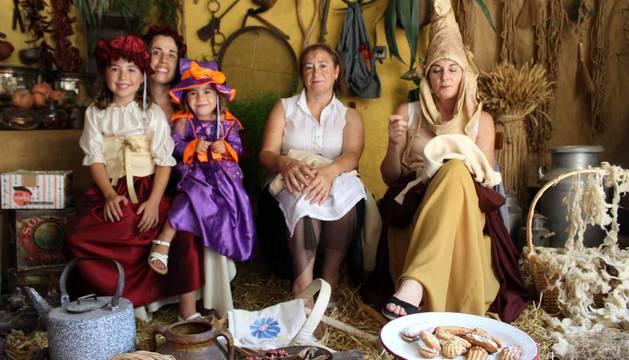 Más de 3.000 personas acudieron este domingo al Mercado de la Brujería, atraídas por los cantares de los juglares que relataron la vida del brujo y clérigo Johanes, entre otras historias medievales