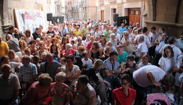 Numeroso público se congregó en la calle Portal para ver el estreno de la película.