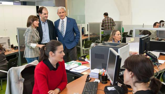 El consejero Mikel Aranburu; el gerente de Hacienda, Luis Esain; y la directora del servicio de gestión de IRPF, Marta Huarte, en la oficina de Hacienda de la calle Esquíroz, en Pamplona, en la última campaña de IRPF.