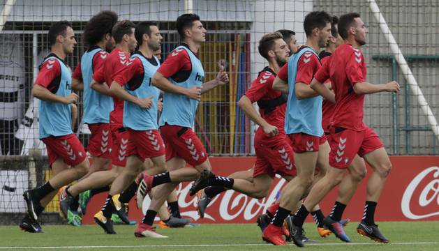 Los jugadores de Osasuna realizaron varias series de carrera sin balón en el primer entrenamiento de la semana ayer en Tajonar.