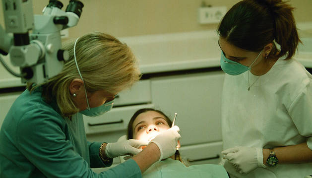 Una dentista atienda a una niña en una imagen de archivo.