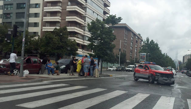 El vehículo de la Policía Foral ha quedado en el carril contrario tras el choque.