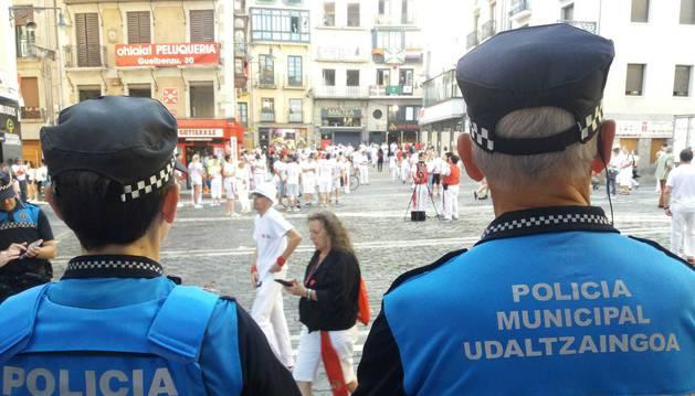 Agentes de Policía Municipal en la plaza del Ayuntamiento durante los Sanfermines de 2018.