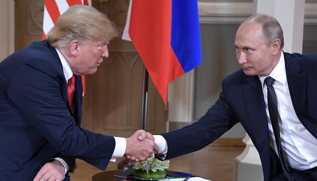 Trump y Putin estrechan sus manos al comienzo de su cumbre.