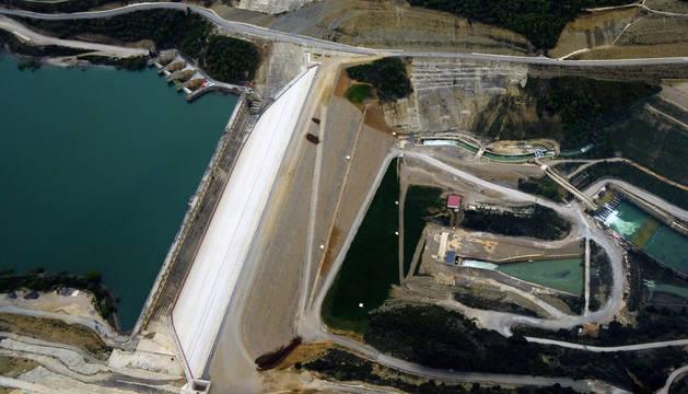 Vista aérea de las presas del embalse de Yesa tomada en abril. A la izquierda, la antigua. A la derecha, la del recrecimiento.