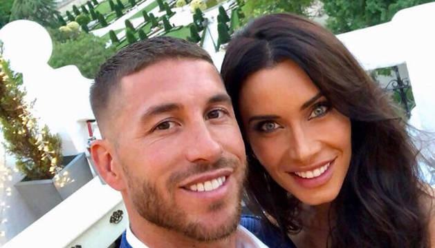 Sergio Ramos y Pilar Rubio han publicado las mismas fotografías para anunciar que se casan.