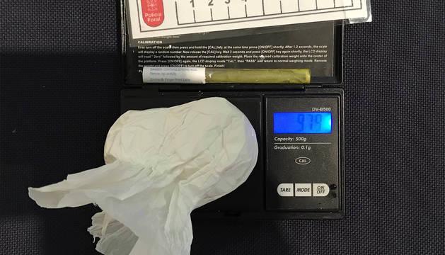 Parte de la droga incautada al arrestado en Barañáin.