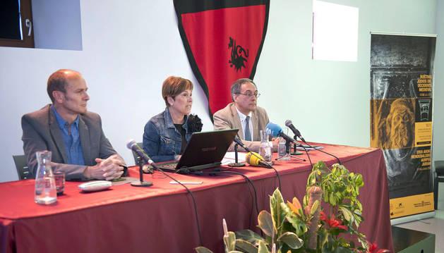 El concejal de Cultura de Estella, Regino Etxabe, la Presidenta Barkos y el profesor Juan José Larrea, miembro del comité científico.