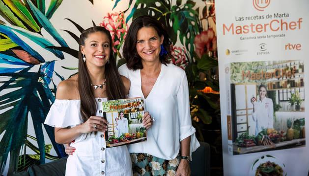 La ganadora de Masterchef, Marta Verona, presenta su libro de recetas junto a la presentadora del programa Samantha Vallejo-Nágera (d).