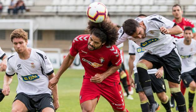 El central, Aridane, anticipándose a un rival en un duelo aéreo durante el amistoso de ayer en Irún. Este primer partido de Osasuna fue el estreno de la pretemporada para Jagoba Arrasate y los nuevos fichajes, Nacho Vidal e Iñigo Pérez.