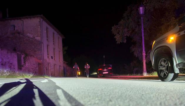 Dos agentes de la Guardia Civil cortan la carretera que da acceso a Turieno.