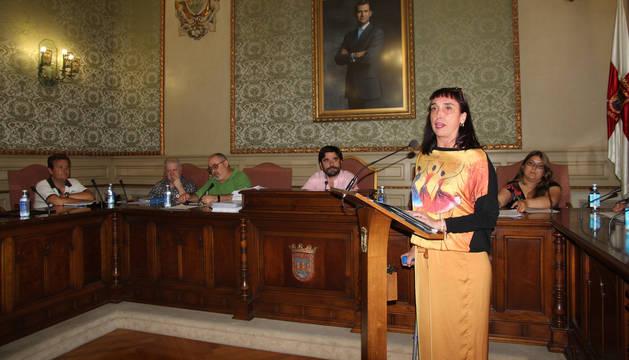 Laura Inés Abaigar Grossi, de pie a la derecha, promete su cargo ante la mirada del alcalde, Eneko Larrarte, sentado en el centro de la foto.
