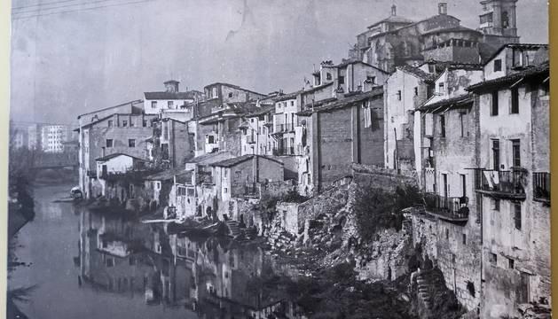 La orilla en la que se ha intervenido en una imagen de la primera mitad del siglo XX.