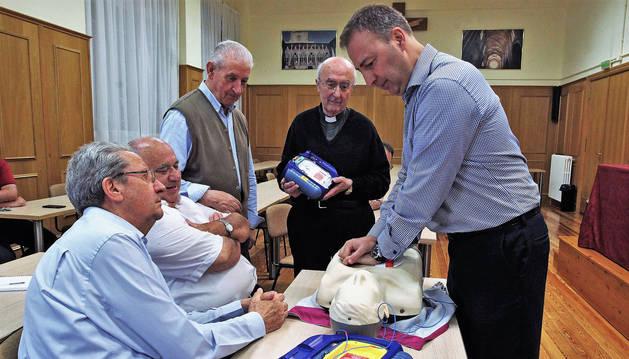 Los sacerdotes Luis Huarte (izda), Alfonso Urrechua, José María Beroiz y Miguel López observan cómo Javier Maeztu practica la reanimación cardiopulmonar, en el Seminario Diocesano de Pamplona.