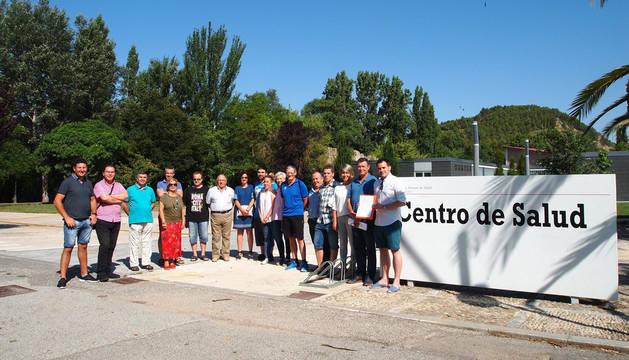 Alcaldes y concejales de los ayuntamientos y grupos firmantes del manifiesto ante la situación del servicio de pediatría, ayer en Sangüesa.