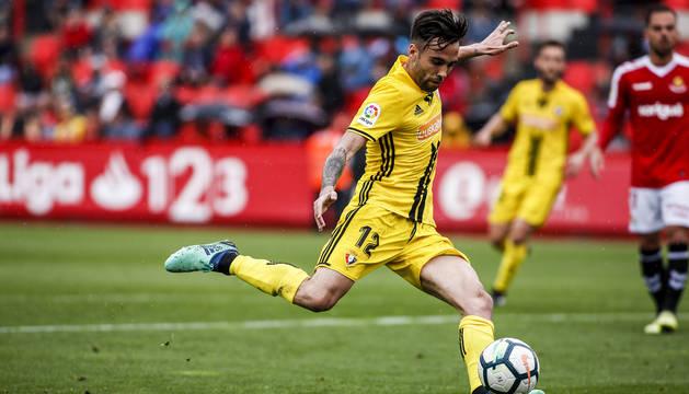 Rober Ibáñez arma la pierna para golpear el balón en el partido entre el Nástic y Osasuna disputado el pasado 6 de mayo.