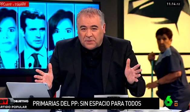 Amelia Jiménez, al fondo, mientras Ferreras presenta 'Al rojo vivo'.