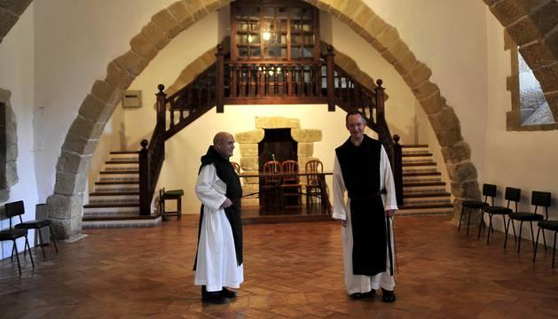 El padre Daniel Gutiérrez Vesga (izda.) y el abad Isaac Totorika Izagirre (dcha.), en el Monasterio de la Oliva.