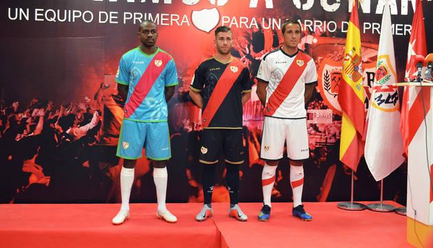 La afición del Rayo Vallecano muestra su rechazo a la tercera equipación