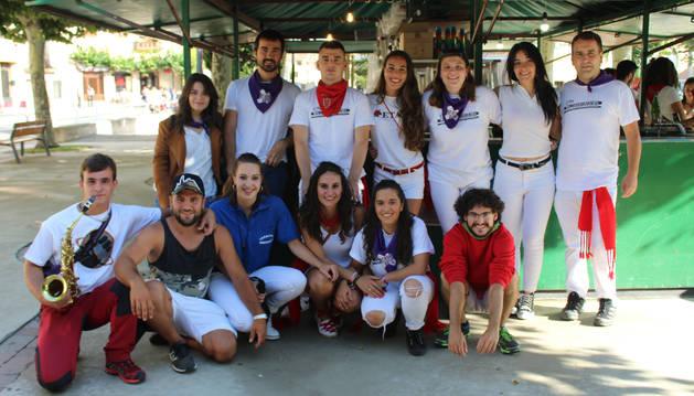 Miembros de la asociación juvenil Txorota que lanzaron ayer el chupinazo de Allo.
